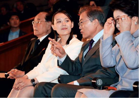 2月11日,朝鲜艺术团在韩国首尔举行第二场演出,韩国总统文在寅(右二)与朝鲜最高人民会议常任委员会委员长金永南(左一)和朝鲜劳动党中央委员会第一副部长金与正(左二)共同观看演出。图/视觉中国