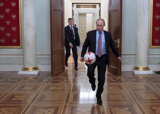 (资料图:俄罗斯总统普京踢足球。)