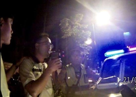 张姓警察接受酒精呼气测试,被证实酒驾。(图片来源:香港东网)