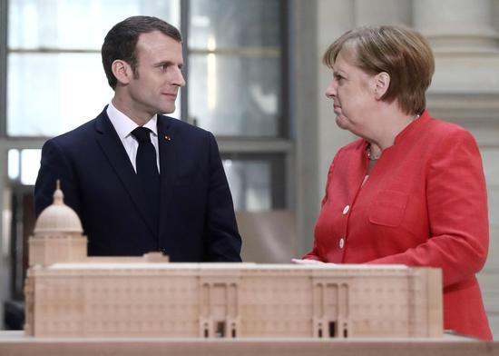 继法国总统马克龙(左)之后,德国总理默克尔也踏上了访美之路。图为当地时间4月19日,两人在德国柏林出席新闻发布会。 图片来源:视觉中国