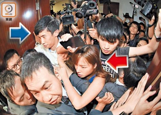 2016年11月2日,游蕙祯、梁颂恒等强闯香港立法会会议室。(资料图)