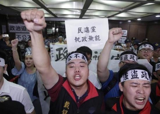 国民党党工抗议台当局的查封行动。(资料图)