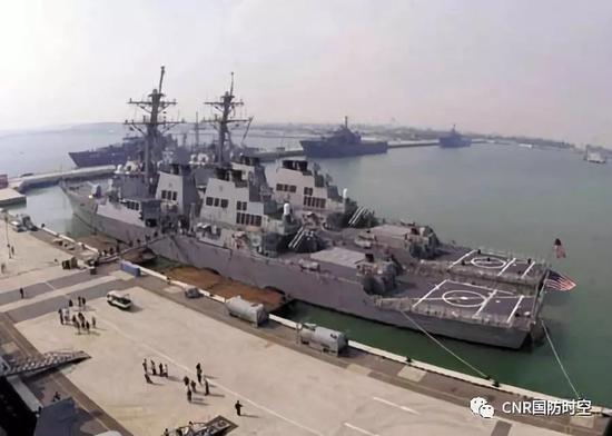 在新加坡樟宜港停靠的美海军阿利-伯克级导弹驱逐舰