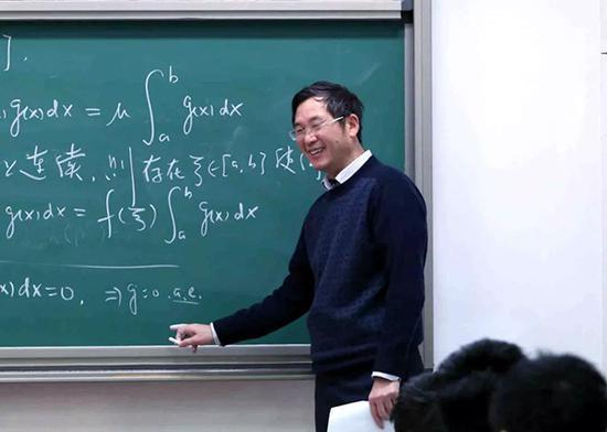 袁亚湘院士正在给本科生讲授《微积分》课程。杨天鹏 摄