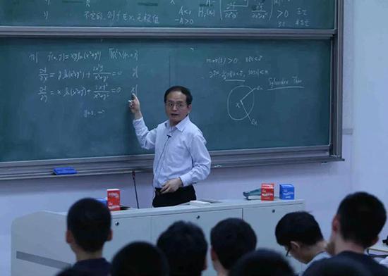 周向宇院士为本科生讲授《微积分II-A》。杨天鹏 摄