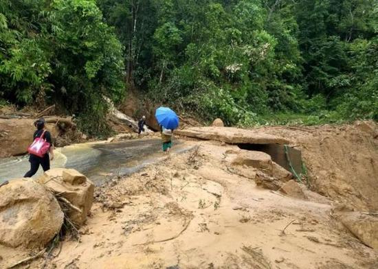 印度雨季引发洪水和泥石流 已致15人死