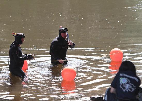 潜水员进行水下搜索潜水员进行水下搜索