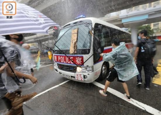 香港激进分子在法院外围攻警车 49人被捕(图)|香港