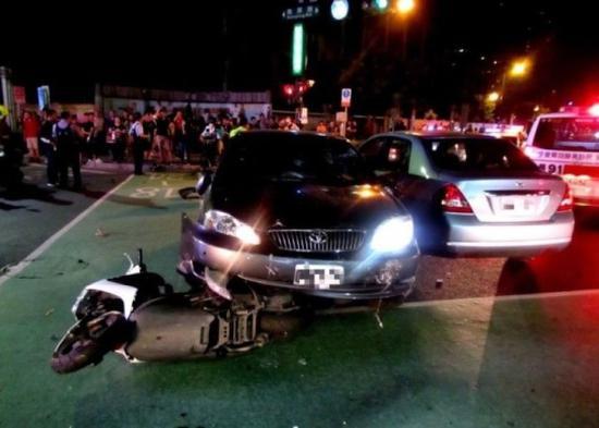 张姓警察的私家车(中)压住了一部电单车,还冲撞了一部私家车。(图片来源:香港东网)