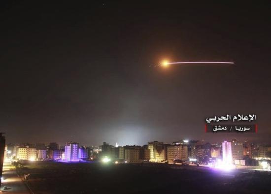 导弹飞越大马士革上空。(图:美联社)
