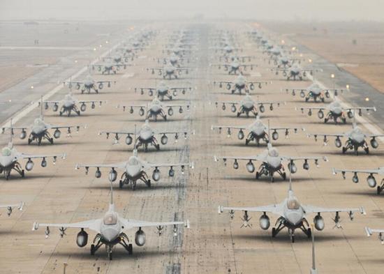 """驻韩美国空军F-16战机组织""""大象漫步""""的形式""""秀肌肉""""。"""