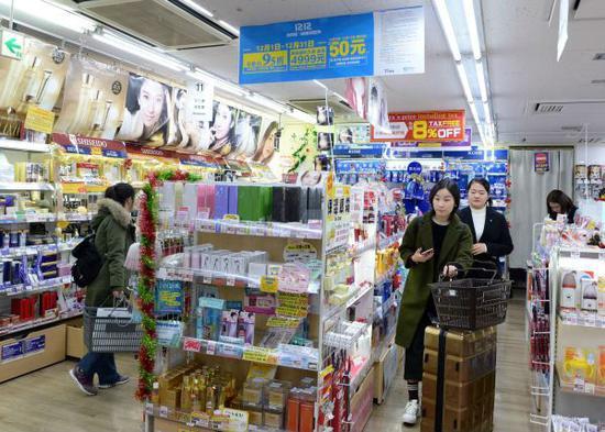 在日本首都东京,顾客在一家支持支付宝结算的商场选购商品。(新华社)