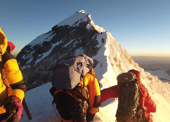 因珠峰拥堵致多人遇难被批 尼泊尔出新规