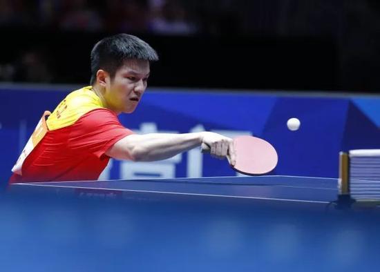 图为樊振东在比赛中回球。他以3比0战胜德国队选手菲卢斯。