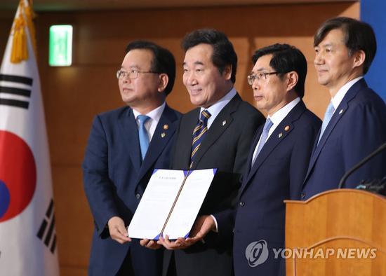 21日,韩国总理等人签署《警检侦查权调整协调书》