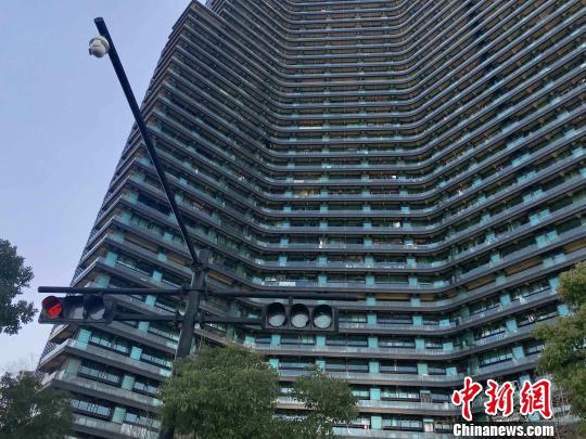 28日,杭州市住房保障与房产管理局发布消息称,杭州将采取商品住房销售公开摇号全程公证制度,具体办法将于近期公布。 张斌 摄