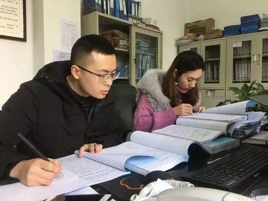 段治鑫(图左)与同事比对年终总结