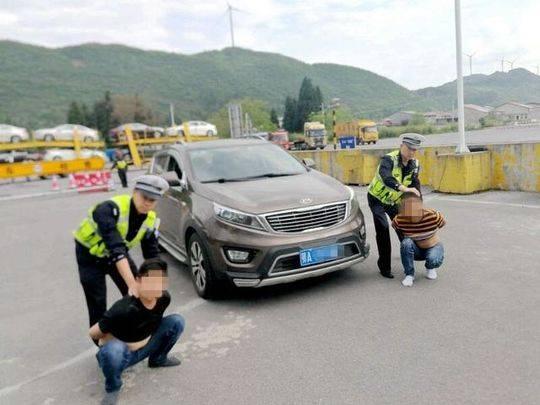 图为民警在高速公路查处涉案车辆和两名嫌疑人,警方供图
