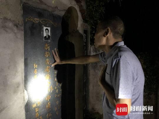 6月2日晚,李锦莲在朱中道律师墓前祭奠