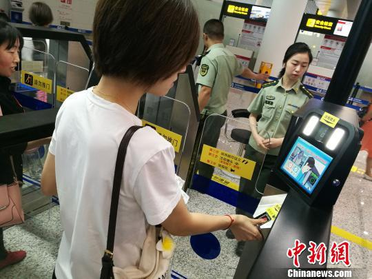 图为旅客使用边检自助通关通道通关。 张少波 摄