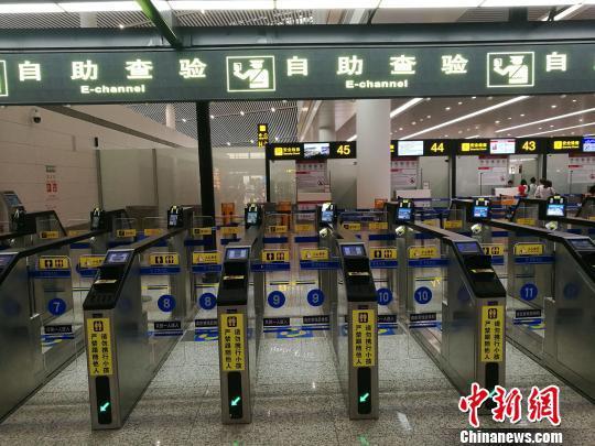 图为正式启用的重庆江北国际机场T3航站楼出境大厅边检自助通关通道。 张少波 摄