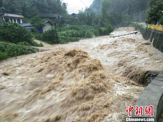 7月9日夜间开始,甘肃陇南市文县中庙镇持续大雨,木家坝村的河道水位明显升高,河水湍急。 任波 摄