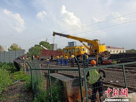 铁路部门正在对现场进行处理 解培华 摄