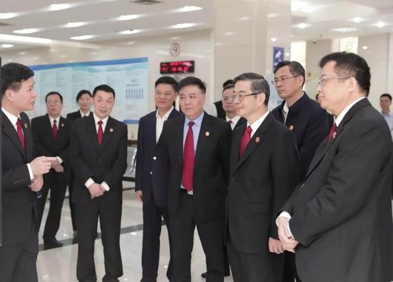 周强在广州市天河区人民法院调研。徐志毅 摄