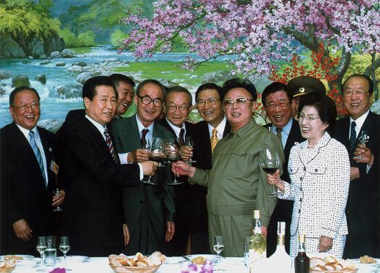 2018-08-16,金正日(右五)与金大中(左二)在平壤出席宴会,两人祝酒碰杯。