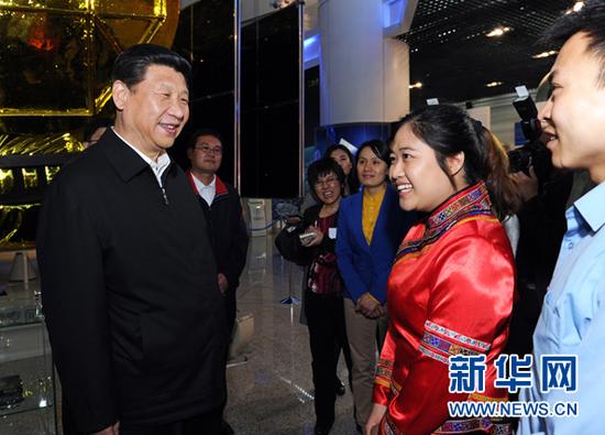 这是2013年5月4日座谈会前,习近平和在展厅参观的优秀青年代表交谈。新华社记者饶爱民摄