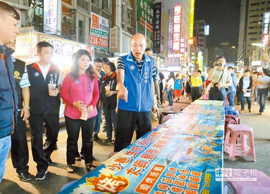 韩国瑜5月间曾和党内议员拜访高雄六合夜市摊商,往昔摩肩接踵的盛况已不复见,许多摊位桌椅空荡没生意。(图片来源:台湾《中时电子报》)