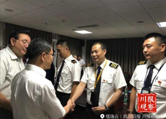 右二为机长刘传建 川报观察 图
