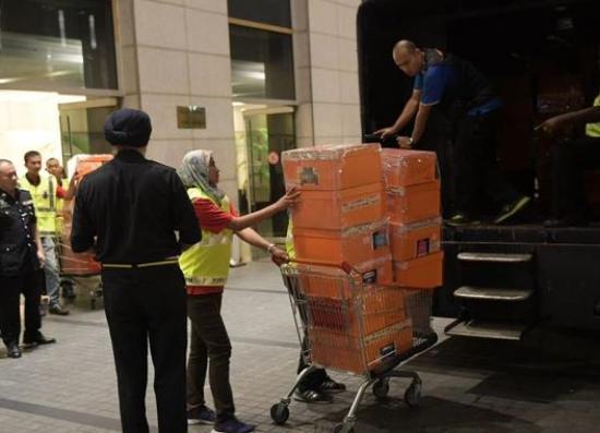 警方用卡車帶走查獲物品。