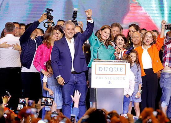 當地時間2018年6月17日,哥倫比亞波哥大,總統候選人伊萬·杜克與支持者慶祝勝利。視覺中國 圖