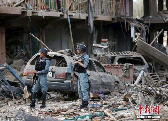 圖爲阿富汗安全部隊在一處廢墟警戒