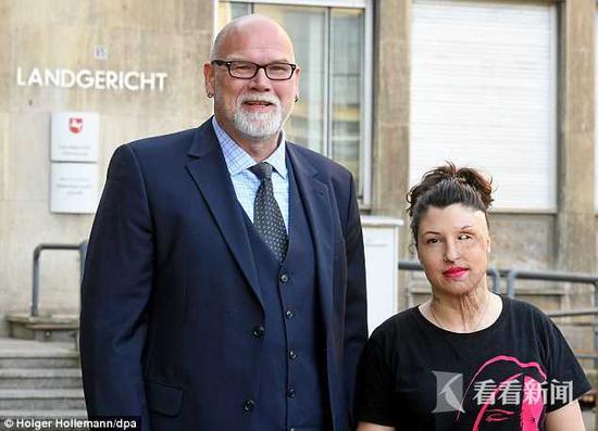 凡妮莎・纽斯特曼与自己的律师在法院门口