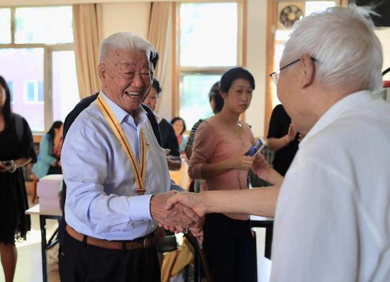 老朋友向张守中老人表示祝贺。摄影/新京报记者 浦峰