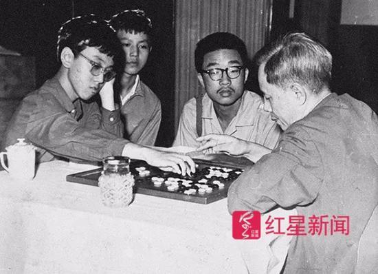 当年,少年宁铂和方毅副总理下棋。