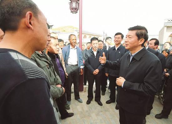 骆惠宁在临县易地扶贫搬迁安置点(图片来源:山西日报)