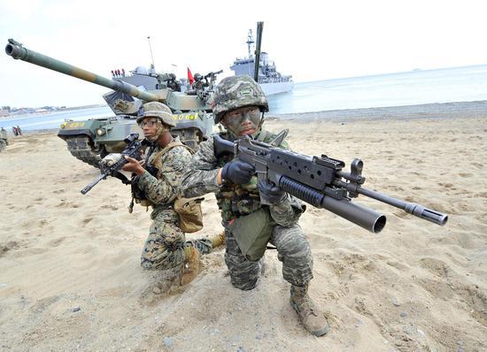 韩国军队与驻韩美军进行联合两栖登陆演习。