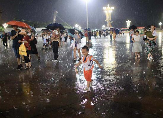 北京迎强降雨高温暂退 数条路段出现积水(图)