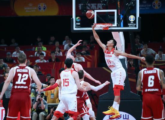 中国男篮球员易建联(左两)正在角逐中防卫。新华社记者兰白光摄