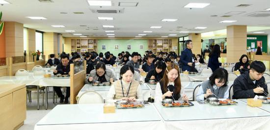 韩国京畿道九里市政府,公务员被要求用餐时同向而坐。