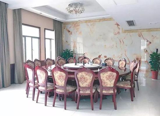 湖南省安化县公安局食堂包间。 图片来源:中国纪检监察报