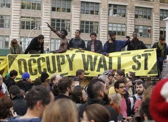 图:2011年美国示威者发起的占领华尔街运动,反对美国政界的权钱交易、两党政争以及社会不公正