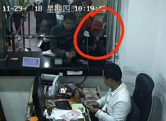 视频:七旬老人带着发黄欠条补缴46年前住院费