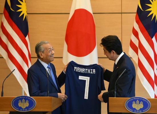 </div> <p>  中国南海新闻网6月13日电 据马来西亚媒体《当今大马》12日报道,日本首相安倍晋三与到访的马来西亚总理马哈蒂尔举行会谈,并就多项议题交换了意见。</p> <p>  在记者会上,马哈蒂尔向安倍赠送了一本有关自己的书,并说这可让安倍更了解他。</p> <p>  安倍则将2018年世界杯日本国家队球衣赠送给马哈蒂尔,球衣上印有马哈蒂尔的名字和7号。报道称,这象征着马哈蒂尔是马来西亚第7任总理。安倍说,这份礼物也寓意着对两国未来关系发展的期望。</p> <p>  中国南海新闻网注意到,2018年世界杯将于北京时间6月14日至7月15日在俄罗斯举行。根据5月31日公布的日本国家队23人大名单,7号球员是柴崎岳。</p> <p>  公开信息显示,柴崎岳现效力于西甲赫塔菲队,是一位同时在西甲双雄皇马巴萨两大豪门身上取得过进球的亚洲球员。</p> <p>  今年26岁的柴崎岳司职中场,职业生涯开始于日本J联赛的鹿岛鹿角队,而他在鹿岛鹿角最高光的时刻无疑是2016年对阵皇马的那场世俱杯决赛。在那场比赛中,柴崎岳先后在第44分钟和第52分钟攻破对手大门,虽然没能帮助鹿岛鹿角历史性的击败皇马夺冠,但他在那场比赛中的出色表现依然让他拿到了世俱杯的铜球奖,也得到了世界足坛的关注。2个月后,柴崎岳被特内里费看中登陆西乙联赛,在代表特内里费出战16场打入2球后,又被赫塔菲带到了西甲的赛场。虽然在赫塔菲时的柴崎岳受到了伤病的困扰,但他依然用一个精彩进球给所有人留下了深刻的印象</p>       <p class=