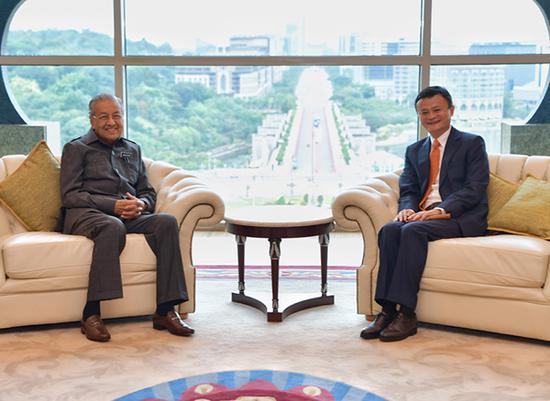 阿里巴巴董事局主席马云和马来西亚总理马哈蒂尔。