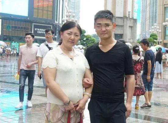 """刘金心""""归来""""后,今年6月,朱晓娟跟他拍了一张合影。受访者供图"""