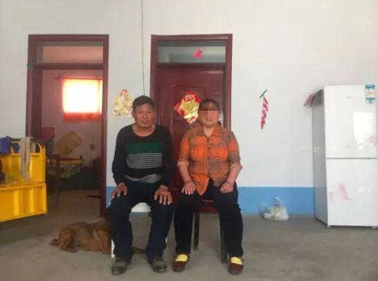 4月20日,周正国夫妇在家合影。其妻子患精神病已有八年,一直靠药物维持。新京报记者赵蕾摄
